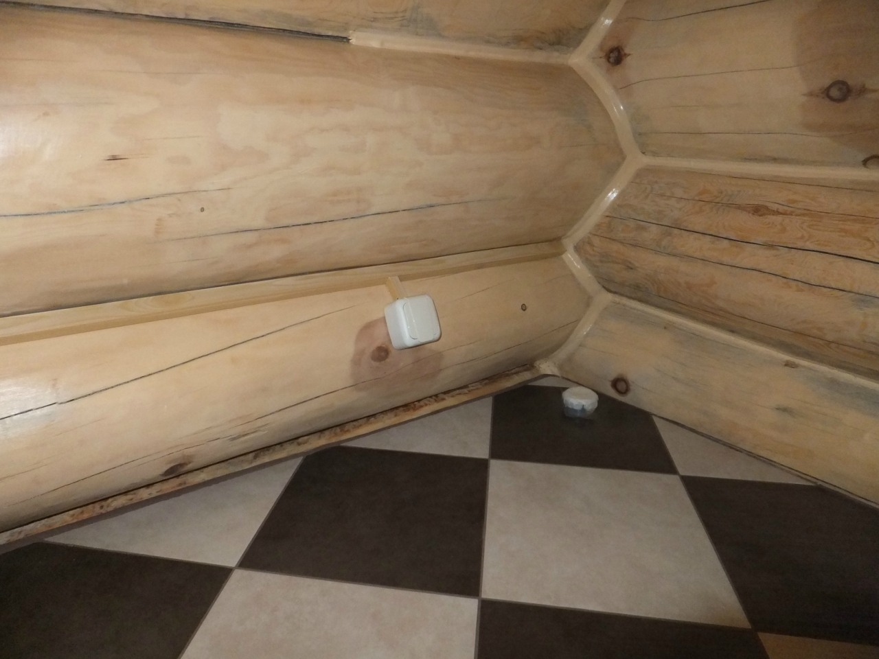Бревенчатый дом. Монтаж в кабель-канале. Санузел.