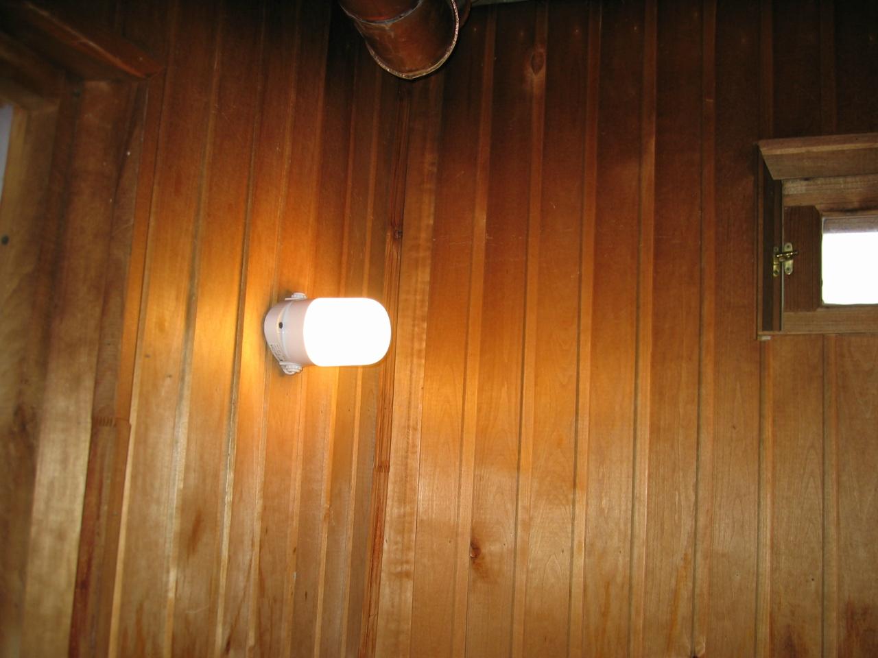 Деревянный дом. Монтаж в кабель-канале. Термостойкий светильник в сауне.